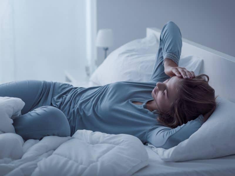 lying in bed can't fall asleep