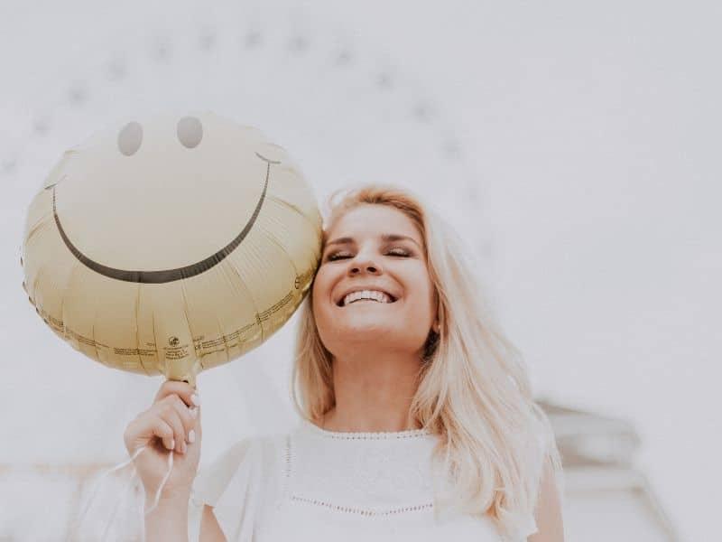 nordic ideas Lykke smiling woman holding ballon